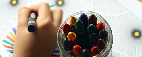 Børn der tegner i et rum oplyst med Dynamisk Belysning