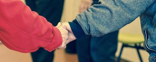 Ældre holder i hånd